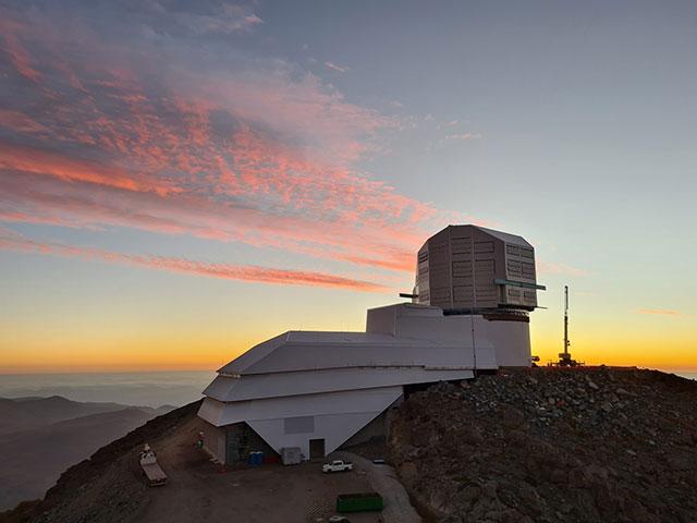 Vista del Observatorio Vera C. Rubin al atardecer